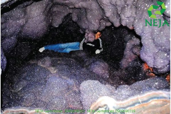 hang động thạch anh tím khổng lồ
