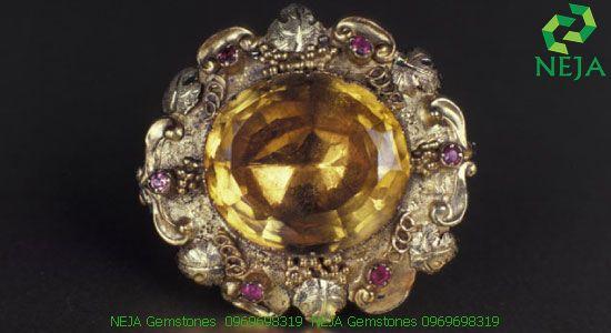 Một chiếc trâm cài từ thời Victoria có đính viên citrine hình bầu dục với 6 viên hồng ngọc